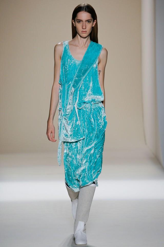 Victoria Beckham ra mắt loạt thiết kế Xuân - Hè đẹp mong manh - Ảnh 19.