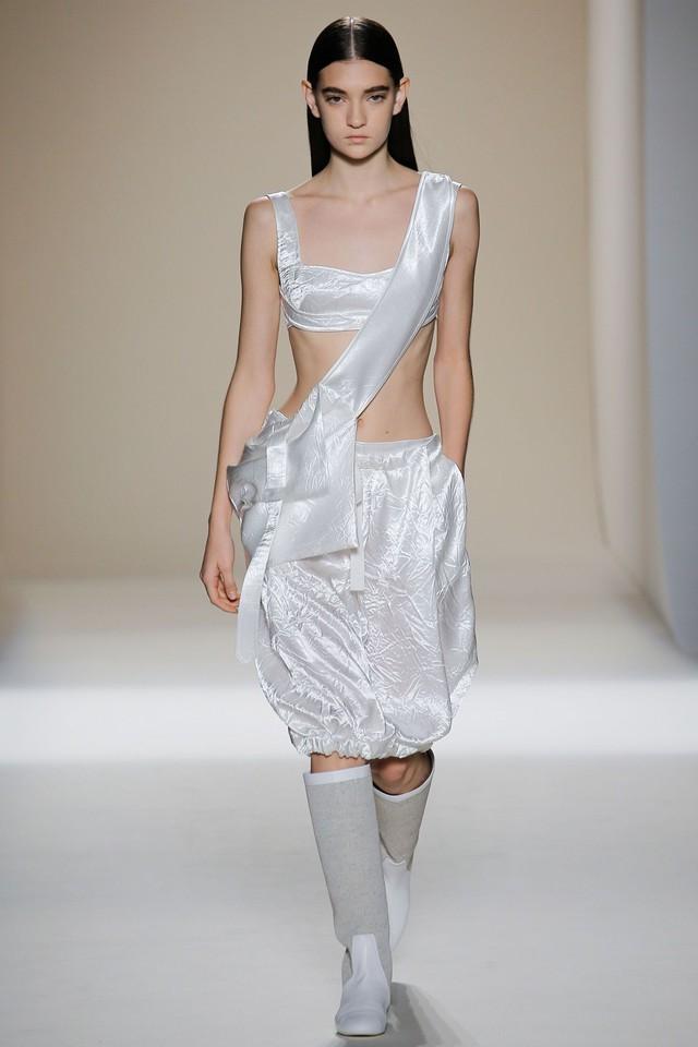 Victoria Beckham ra mắt loạt thiết kế Xuân - Hè đẹp mong manh - Ảnh 20.