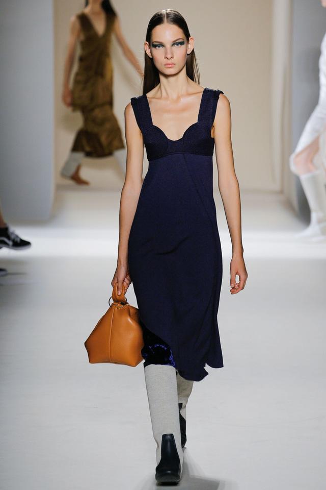 Victoria Beckham ra mắt loạt thiết kế Xuân - Hè đẹp mong manh - Ảnh 23.