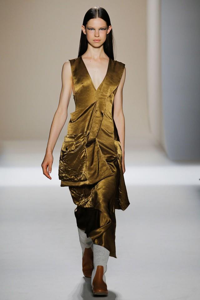 Victoria Beckham ra mắt loạt thiết kế Xuân - Hè đẹp mong manh - Ảnh 24.