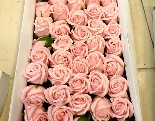 Hoa khô, hoa sáp hút khách dịp 20/10 - Ảnh 1.