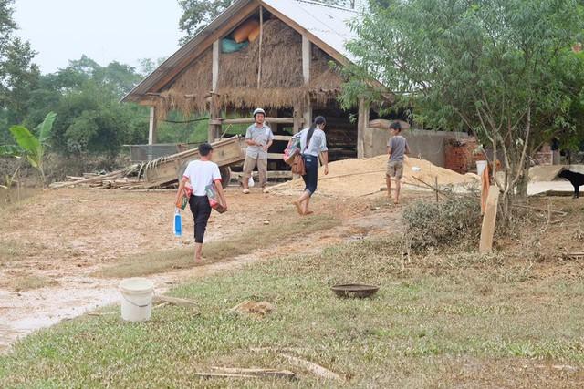Hoa hậu Ngọc Hân lội nước chuyển đồ cứu trợ đồng bào miền Trung - Ảnh 3.