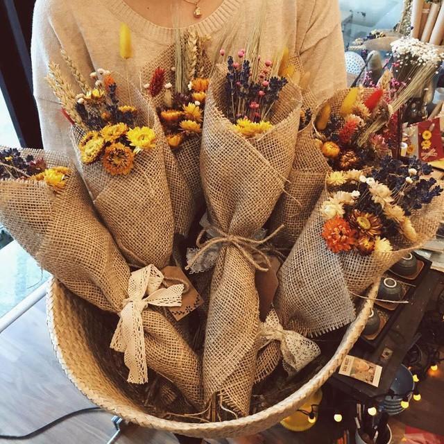 Hoa khô, hoa sáp hút khách dịp 20/10 - Ảnh 2.