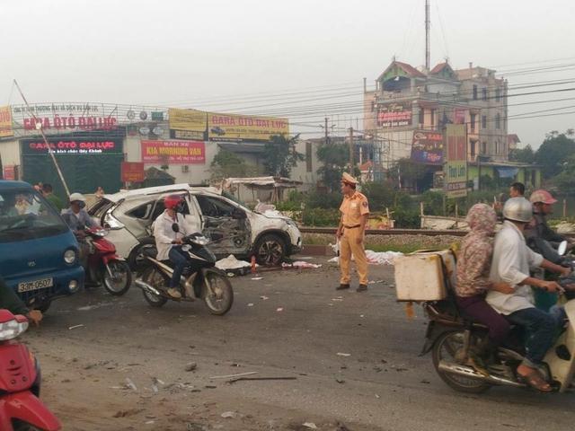 Tàu hỏa húc nát ô tô ở Thường Tín, 5 người chết, 2 người bị thương - Ảnh 1.
