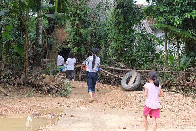 Hoa hậu Ngọc Hân lội nước chuyển đồ cứu trợ đồng bào miền Trung - Ảnh 1.
