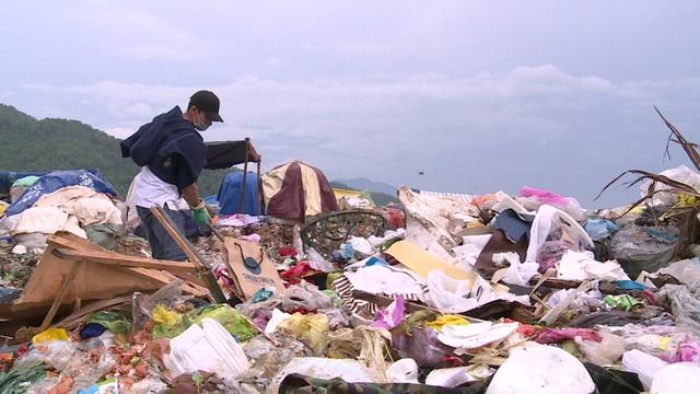 Nhân vật Sống khác nhọc nhằn kiếm tiền giữa biển rác mênh mông  - Ảnh 1.