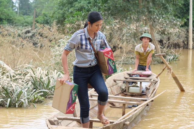 Hoa hậu Ngọc Hân lội nước chuyển đồ cứu trợ đồng bào miền Trung - Ảnh 5.