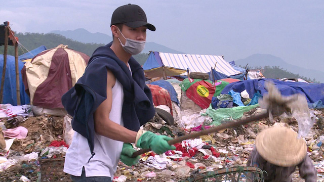 Nhân vật Sống khác nhọc nhằn kiếm tiền giữa biển rác mênh mông  - Ảnh 2.