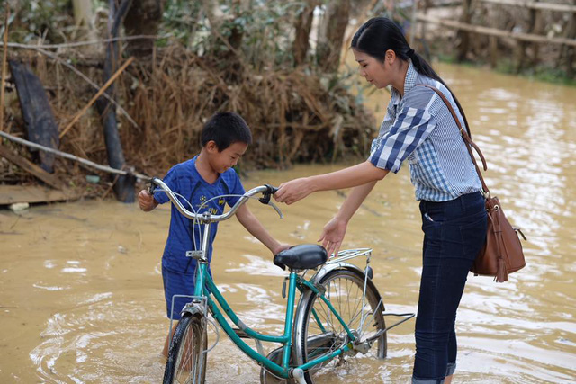 Hoa hậu Ngọc Hân lội nước chuyển đồ cứu trợ đồng bào miền Trung - Ảnh 4.