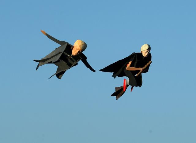 Thú vị marketing bằng máy bay nhái hình 2 ứng viên Tổng thống Mỹ - Ảnh 2.