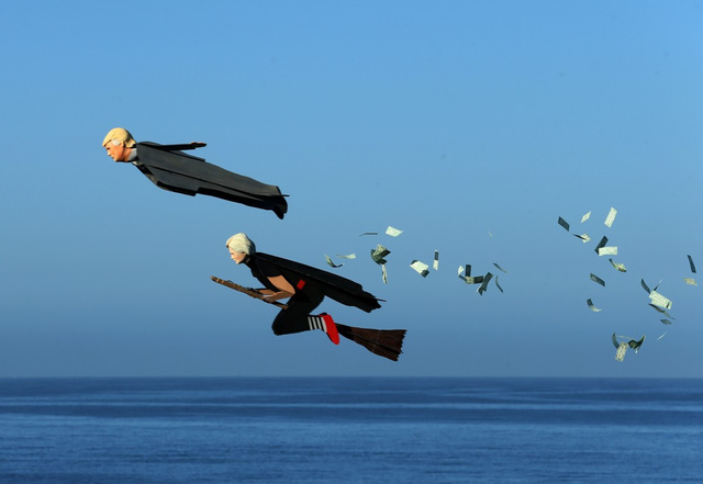Thú vị marketing bằng máy bay nhái hình 2 ứng viên Tổng thống Mỹ - Ảnh 1.