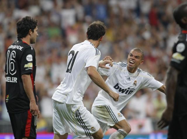 Nhìn lại 9 trung vệ đẳng cấp đá cặp với Pepe suốt 1 thập kỷ ở Real Madrid - Ảnh 6.