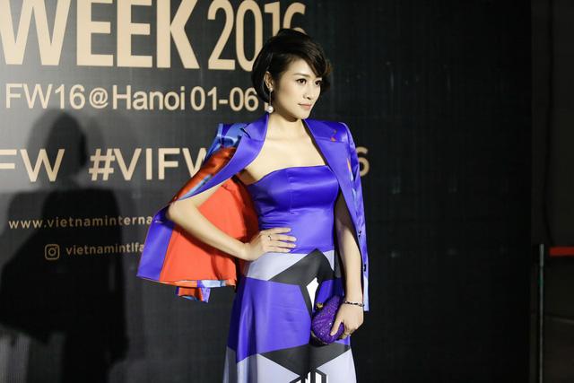 MC Phí Linh cá tính, đầy biến hóa tại Vietnam International Fashion Week - Ảnh 2.