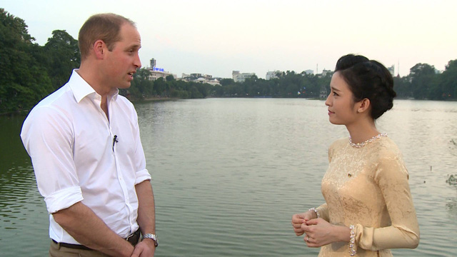 Hoàng tử William dạo Hồ Gươm, thăm cầu Thê Húc cùng MC Thùy Dương VTV4 - Ảnh 4.