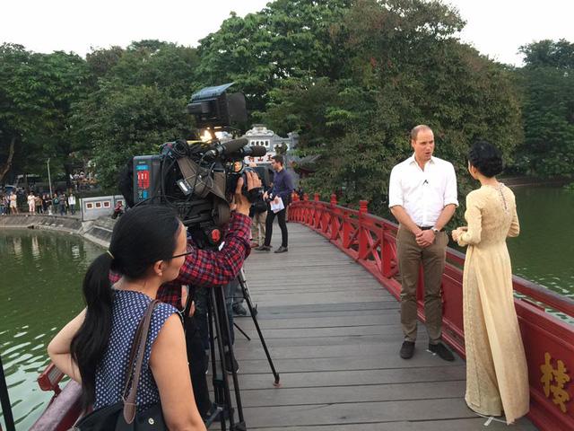 Hoàng tử William dạo Hồ Gươm, thăm cầu Thê Húc cùng MC Thùy Dương VTV4 - Ảnh 6.