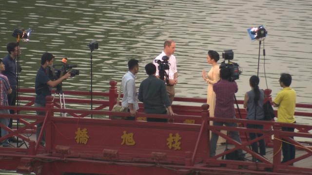 Hoàng tử William dạo Hồ Gươm, thăm cầu Thê Húc cùng MC Thùy Dương VTV4 - Ảnh 3.