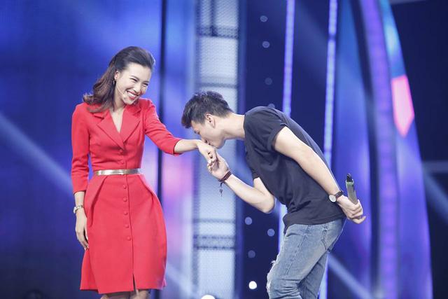 Trấn Thành và Hari Won lộ ảnh hài hước, Á hậu Hoàng Oanh tình cảm bên bạn trai - Ảnh 3.