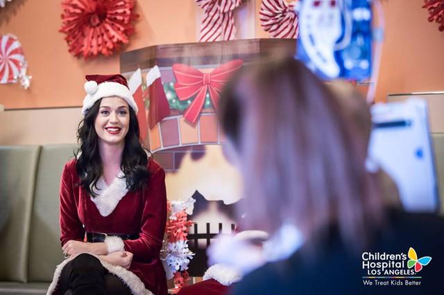 Xúc động với hình ảnh đi phát quà của Katy Perry – Orlando Bloom - Ảnh 3.