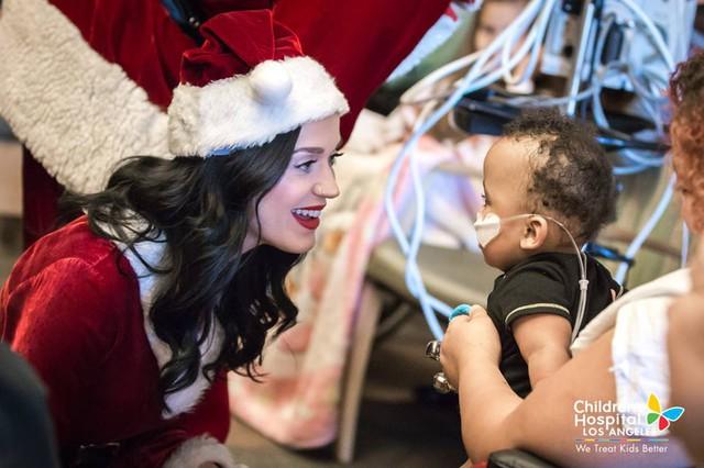 Xúc động với hình ảnh đi phát quà của Katy Perry – Orlando Bloom - Ảnh 9.