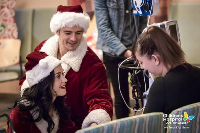 Xúc động với hình ảnh đi phát quà của Katy Perry – Orlando Bloom - Ảnh 12.