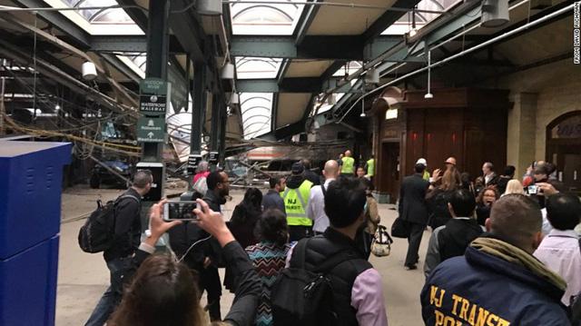 Tàu lao vào nhà ga ở Mỹ: 1 người chết, hơn 100 người bị thương - Ảnh 3.