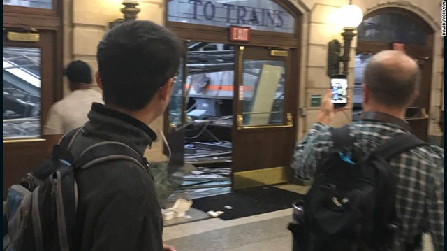 Tàu lao vào nhà ga ở Mỹ: 1 người chết, hơn 100 người bị thương - Ảnh 2.