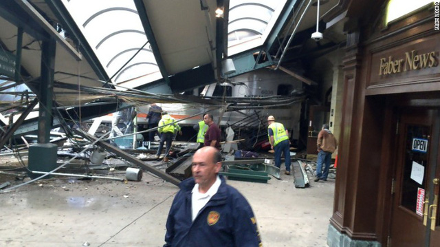 Tàu lao vào nhà ga ở Mỹ: 1 người chết, hơn 100 người bị thương - Ảnh 1.