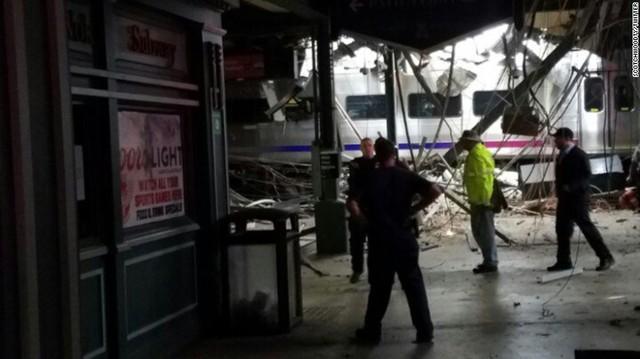 Tàu lao vào nhà ga ở Mỹ: 1 người chết, hơn 100 người bị thương - Ảnh 5.