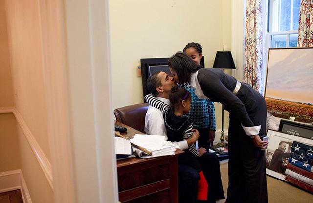 Chuyện tình ngọt ngào của Tổng thống Obama qua ảnh - Ảnh 13.