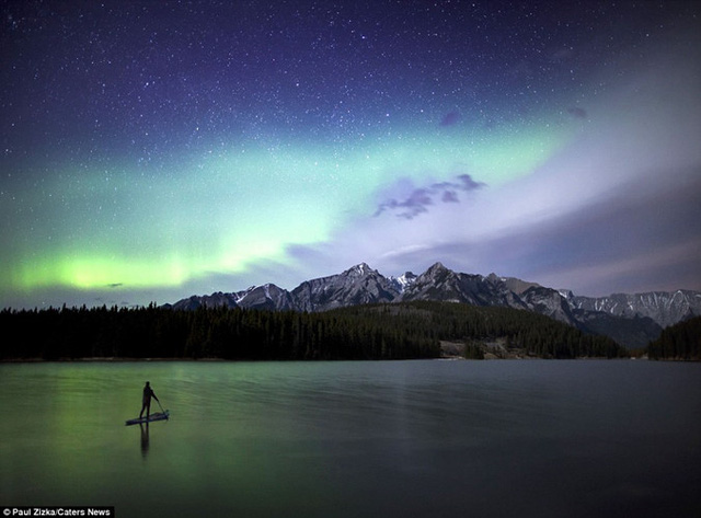 Khoảnh khắc chèo thuyền kayak dưới bầu trời đầy sao ở Bắc Mỹ - Ảnh 2.