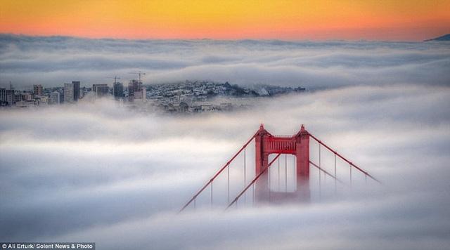 """Hình ảnh sương mù """"nuốt chửng"""" những tòa nhà chọc trời trên thế giới - Ảnh 2."""