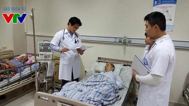 Bác sĩ đi sớm về muộn, giảm thời gian chờ đợi của bệnh nhân - Ảnh 1.