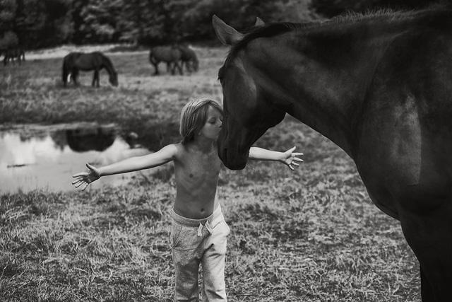 Tuổi thơ mùa hè đầy hoài niệm qua bộ ảnh đẹp mê hoặc - Ảnh 4.