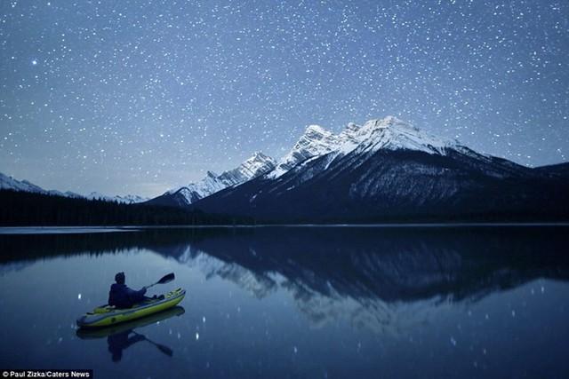 Khoảnh khắc chèo thuyền kayak dưới bầu trời đầy sao ở Bắc Mỹ - Ảnh 3.