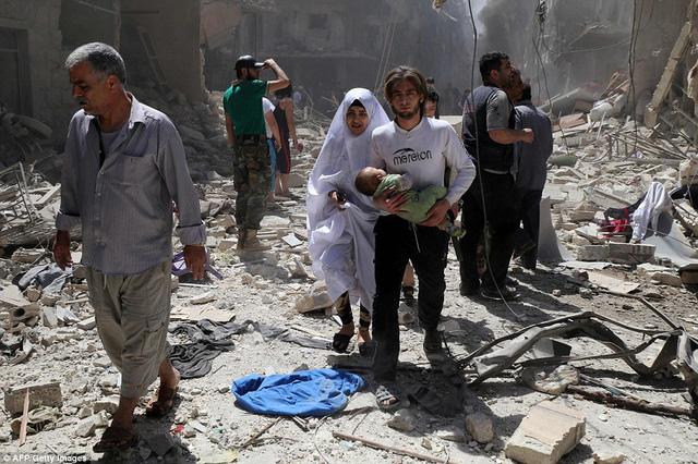 Cuối tuần đẫm máu ở Aleppo: 200 cuộc không kích, 85 người chết - Ảnh 2.