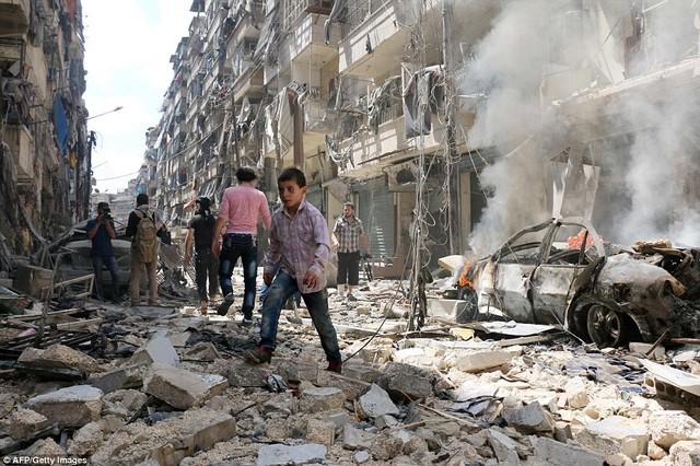 Cuối tuần đẫm máu ở Aleppo: 200 cuộc không kích, 85 người chết - Ảnh 1.