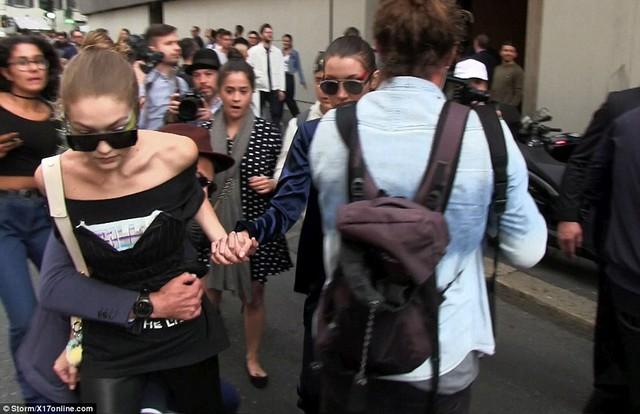 Gigi Hadid vùng vẫy vì bất ngờ bị quấy rối trên phố - Ảnh 2.