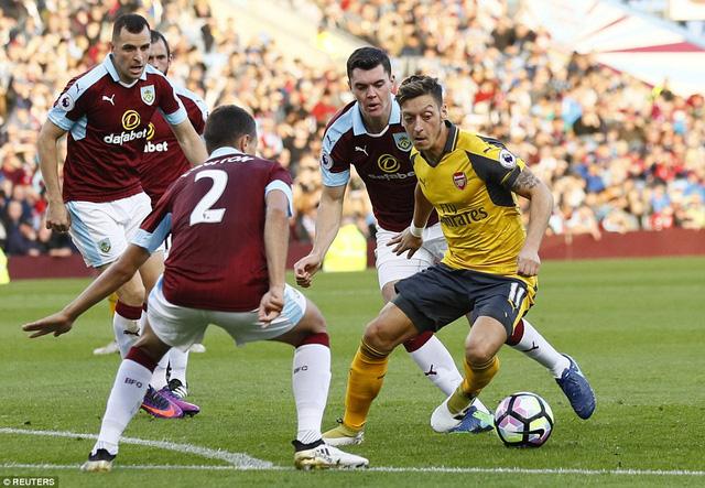 VIDEO, Burnley 0-1 Arsenal: Bàn thắng tranh cãi ở giây cuối cùng - Ảnh 2.