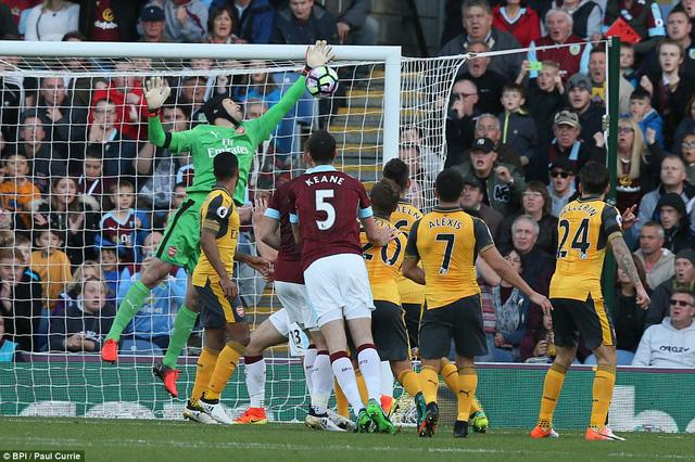 VIDEO, Burnley 0-1 Arsenal: Bàn thắng tranh cãi ở giây cuối cùng - Ảnh 1.
