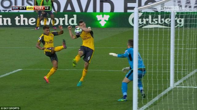 VIDEO, Burnley 0-1 Arsenal: Bàn thắng tranh cãi ở giây cuối cùng - Ảnh 3.