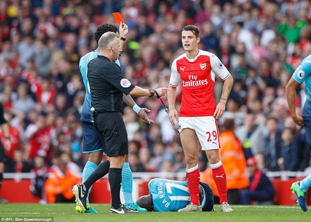 VIDEO, Arsenal 3-2 Swansea: Walcott lập cú đúp, Xhaka bị đuổi - Ảnh 2.