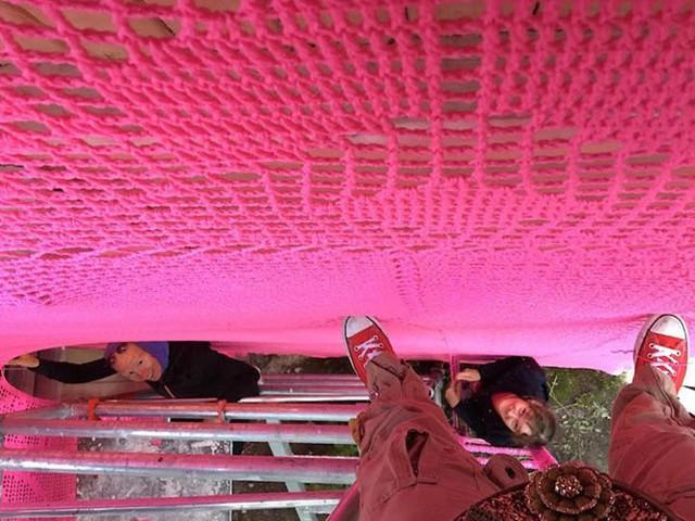 Thú vị ngôi nhà bằng len hồng của những phụ nữ Ba Lan - Ảnh 7.