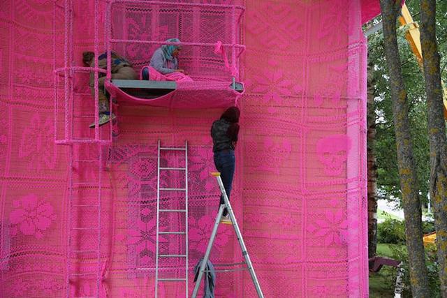 Thú vị ngôi nhà bằng len hồng của những phụ nữ Ba Lan - Ảnh 8.