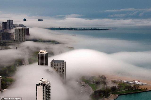 """Hình ảnh sương mù """"nuốt chửng"""" những tòa nhà chọc trời trên thế giới - Ảnh 5."""