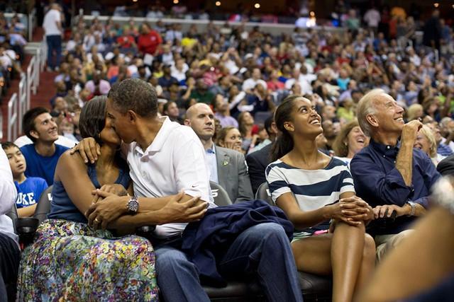 Chuyện tình ngọt ngào của Tổng thống Obama qua ảnh - Ảnh 20.