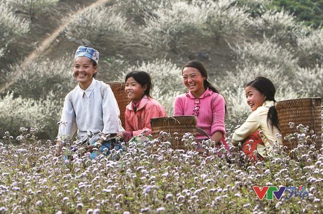 Những khoảnh khắc đầy cảm xúc trong triển lãm ảnh Nụ cười Việt Nam - Ảnh 11.