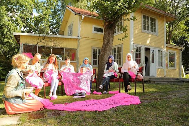 Thú vị ngôi nhà bằng len hồng của những phụ nữ Ba Lan - Ảnh 10.