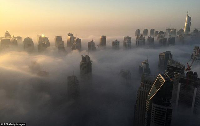 """Hình ảnh sương mù """"nuốt chửng"""" những tòa nhà chọc trời trên thế giới - Ảnh 7."""