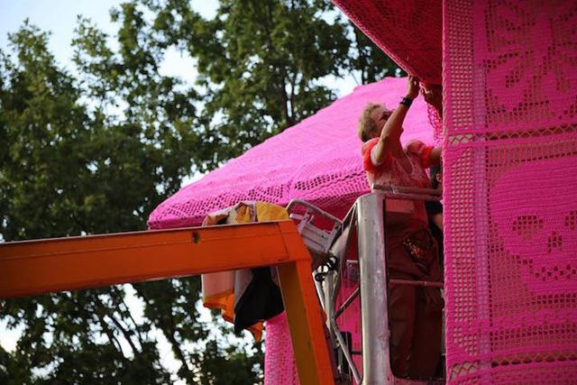 Thú vị ngôi nhà bằng len hồng của những phụ nữ Ba Lan - Ảnh 11.