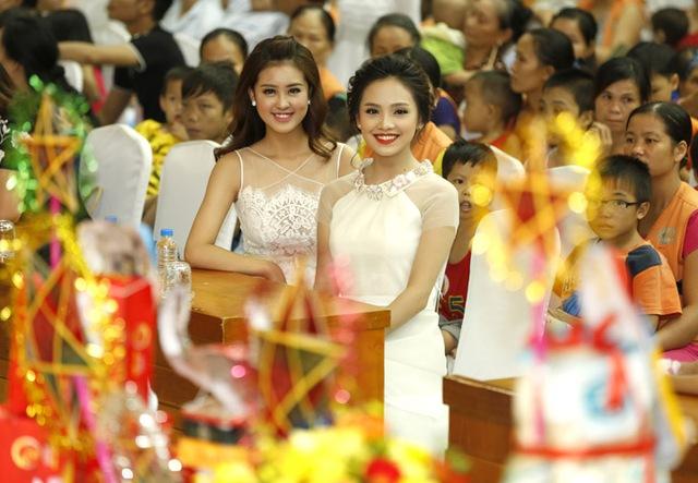 Hoa hậu Đỗ Mỹ Linh dịu dàng vui Tết Trung thu với bệnh nhi - Ảnh 7.
